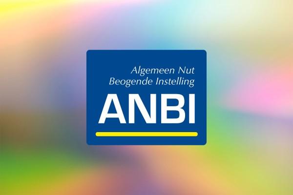 ANBI logo op een regenboog gekleurde achtergrond.